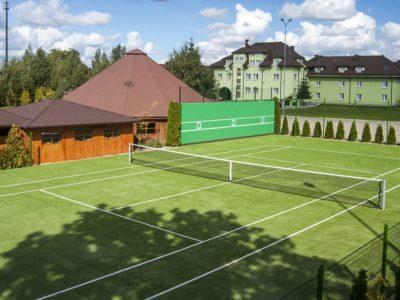 Gut essen und Tennis spielen
